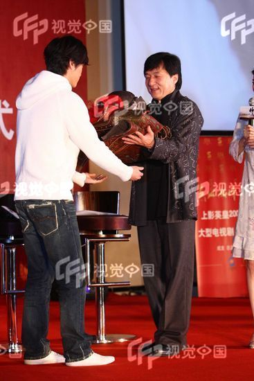 Jackie Chan giving his bodyplate that he wore in the Myth to Hu Ge