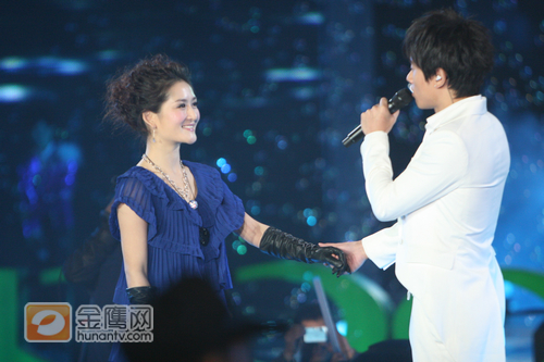 singing a duet on Hunan TV's New Year Concert